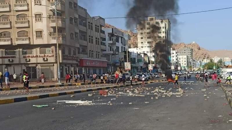 محتجون بمدينة المكلا يقطعون الشوارع بسبب تردي الأوضاع المعيشية